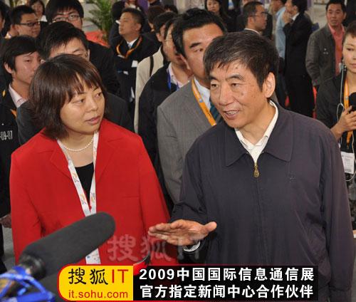 奚国华副部长参观诺基亚西门子展台