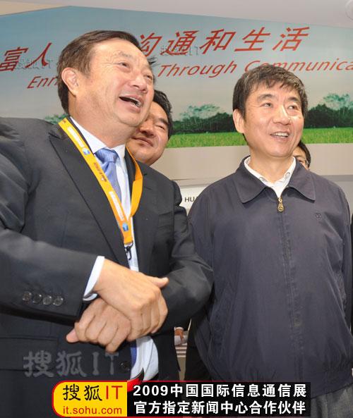 华为总裁任正非迎接奚国华副部长参观华为展台