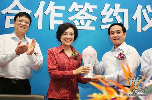 徐麟与钟燕群分别代表浦东新区和上海世博会执委会互换礼品。