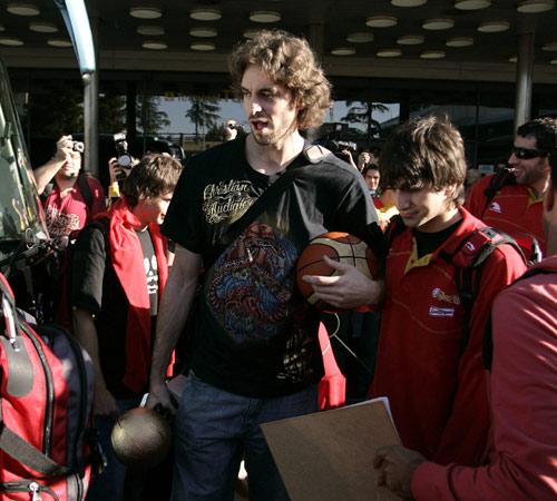 图文:首相接见西班牙男篮 球迷围堵