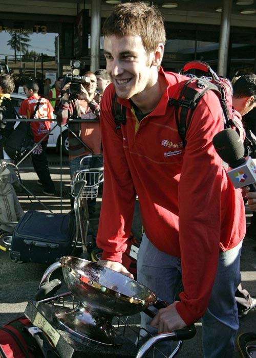 图文:首相接见西班牙男篮 维克多推行李