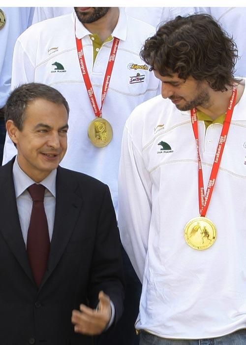 图文:首相接见西班牙男篮 首相和球员一起