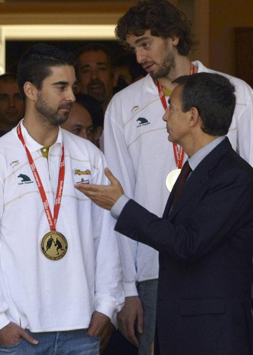 图文:首相接见西班牙男篮 首相和球员交谈