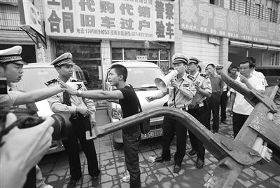 一占道经营商户与警察发生争执。