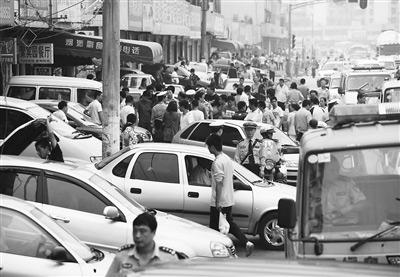 二手车占道,给交通带来很多不便。