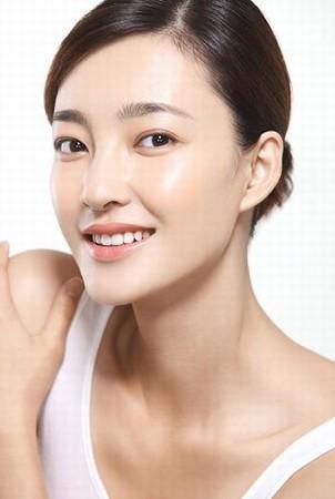 王丽坤展现水嫩肌肤