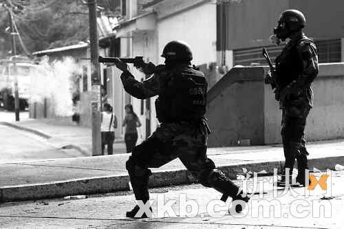 9月22日,洪都拉斯军警在巴西使馆外向塞拉亚的支持者释放催泪弹。