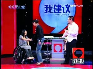 """桑兰和保姆小杜在央视节目现场""""握手言和""""。视频截图"""