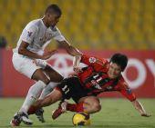 图文:[亚冠]萨拉尔3-2首尔 首尔球员拼抢