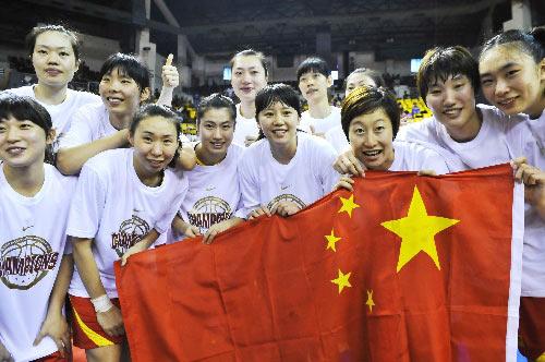 女篮队员展示国旗