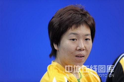 图文:全运会乒乓球女团比赛 李晓霞场边观战