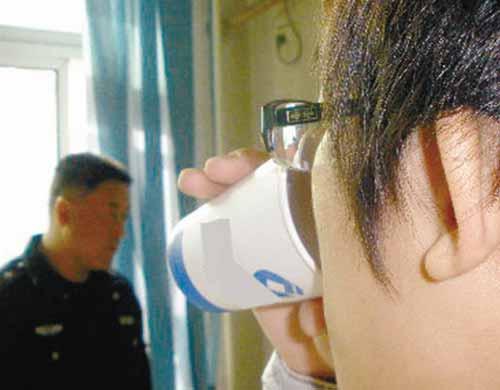 在交警见证下进行的酒精浓度测试实验
