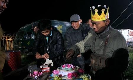 王宝强切蛋糕