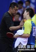 图文:全运会乒球决赛次日 马龙与教练击掌相庆
