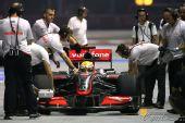 图文:F1新加坡站第一次练习 汉密尔顿在维修站