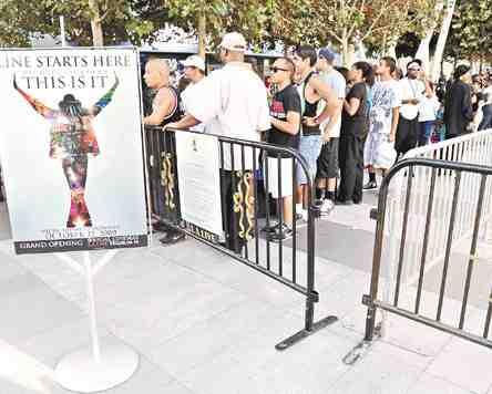 售票点外壮观的Fans队伍。
