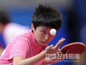 图文:乒乓球团体赛1/4决赛 郭跃发球瞬间