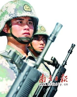 """如何保证受阅时60秒不眨眼?广州军区受阅方队训练有""""绝招""""。林山杰摄"""