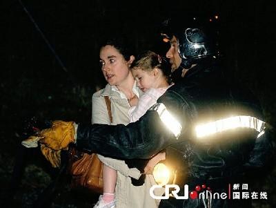 被困母女在救援人员指导下疏散