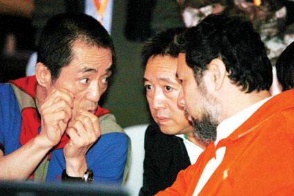 张艺谋向执行导演陈维亚(右)、舞美设计师高广健(中)提出建议 摄/记者付丁