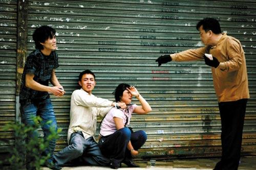 今年4月,张氏兄弟持刀绑架女人质,谈判专家手拿钞票劝解 本报记者 陈文笔 摄