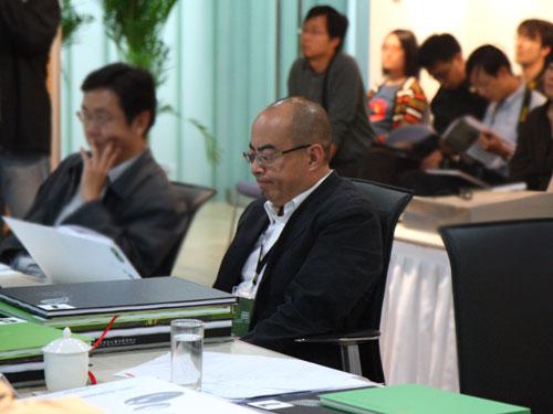 评委会主席朱小地在认真听取参评机构的设计方案阐述