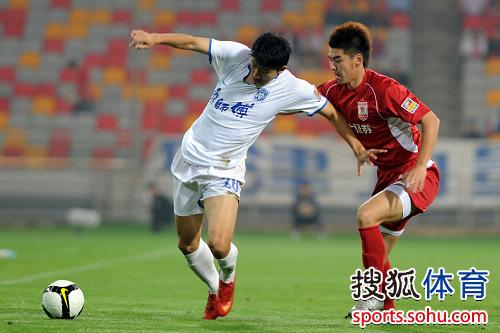 图文:[中超]天津vs长春 毛彪边路带球