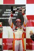 图文:F1新加坡大奖赛正赛 阿隆索高举奖杯