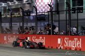 图文:F1新加坡大奖赛正赛 汉密尔顿冲线瞬间