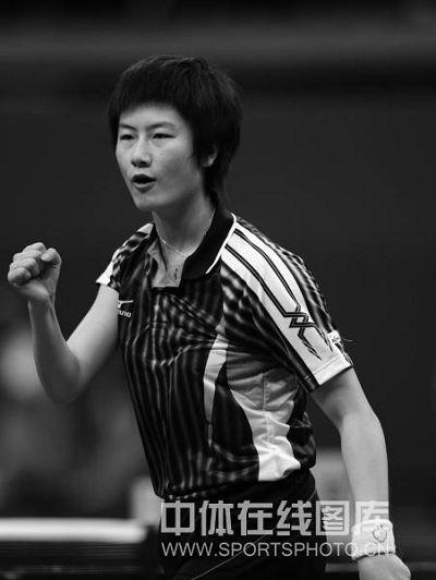 图文:全运乒乓球女团半决赛 丁宁握拳庆祝