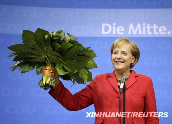 德国外长、社民党候选人施泰因迈尔在大选初步结果揭晓后举行的记者会上向支持者挥手告别