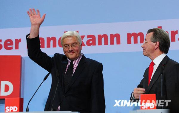 民盟党主席、德国总理默克尔(左)和基民盟秘书长罗纳尔德・波法拉在首都柏林的基民盟总部向支持者致意
