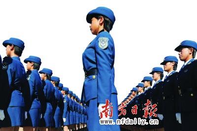 阅兵训练场上紧张训练的空军女兵。本报特派记者莫伟浓摄