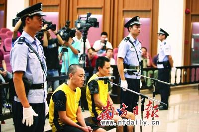 张方均两兄弟在法庭上等待判决。