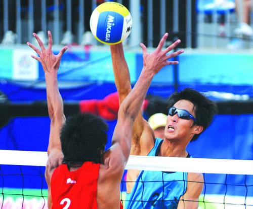 ▲李健(右)在决赛中扣球。□新华社发