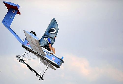 """组图:法国""""鸟人""""大赛 创意飞行器花样多"""