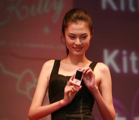 组图:美女模特现场演示联通3g产品和应用