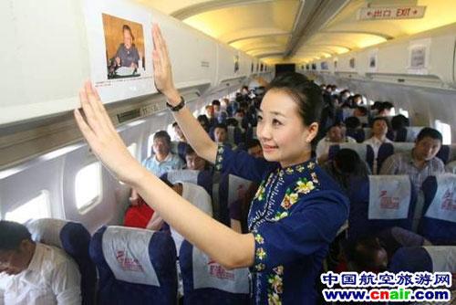 航空空姐正在张贴祖国60周年精彩瞬间照片
