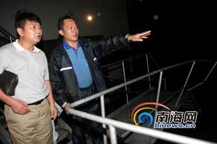 毛阳镇党委书记黄朝阳向记者介绍被冲毁的人行便桥情况。(南海网特派记者组摄)