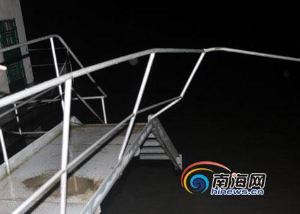 被洪水冲毁的人行便桥。(南海网特派记者组摄)