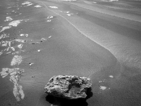 """美""""机遇号""""在火星发现形状奇特的黑陨石(资料图)"""