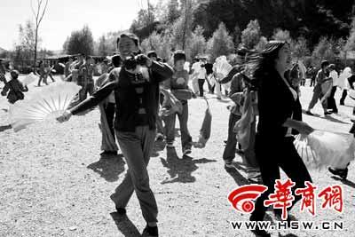 在延安,游客可以与演员们一起扭秧歌本报记者王卫平摄