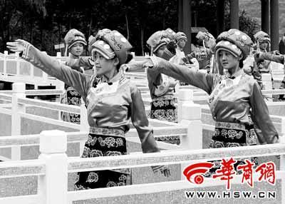 在宝鸡,游客可以观赏凤县羌族舞蹈本报记者王智摄