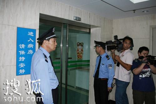 医院6号楼12层电梯前警卫把守