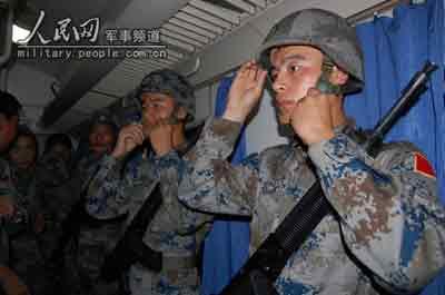 10月1日,天没亮,官兵们在宿营的列车上整装待发。