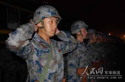 空降兵战车方队领队王伟整装出发。      摄影:人民网特约报道员 李良泰