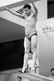 王峰(左)与何冲将在全运会赛场上龙争虎斗 王锋 摄