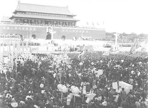 谨此展示13次国庆庆典的影像记录,向新中国60华诞献礼.