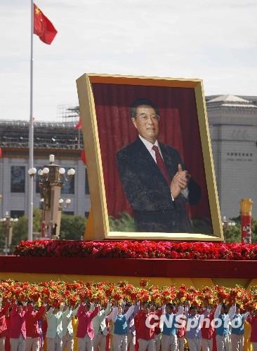 10月1日,中华人民共和国成立60周年庆祝大会在北京举行,图为群众游行队伍中的胡锦涛巨幅画像。中新社发 盛佳鹏 摄