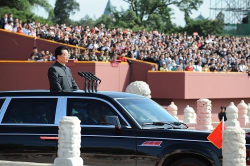 10月1日,首都各界庆祝中华人民共和国成立60周年大会在北京天安门广场隆重举行。这是中共中央总书记、国家主席、中央军委主席胡锦涛乘的检阅车驶出天安门。新华社记者杨磊摄